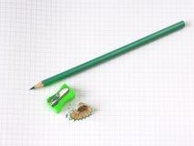 Farbiger Bleistift und Bleistiftspitzer Stockfoto