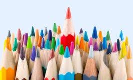 Farbiger Bleistiftstapel auf hellem Hintergrund Lizenzfreie Stockfotografie