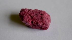 Farbiger Felsen mit lazurite Kristallen auf Vorderansicht des weißen Hintergrundes lizenzfreies stockfoto