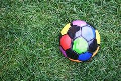 Farbiger Fußball im Gras Stockfoto