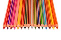 Farbiger gelegter weißer Hintergrund der Zeichenstifte vertikale Ebene Stockfoto