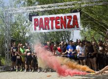Farbiger Gewehrschuß zu Beginn des Infernos lassen Schlamm-Rennen laufen Stockbild