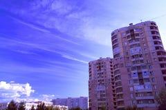 Farbiger Himmel über der Stadt Stockfotografie