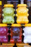 Farbiger Honig in den Gläsern in Form von Bären verkaufte für Kinder an den angemessenen Andenken stockbild