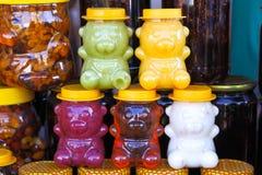 Farbiger Honig in den Gläsern in Form von Bären verkaufte für Kinder an den angemessenen Andenken lizenzfreie stockfotografie