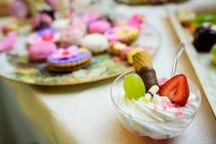 Farbiger köstlicher Mischbonbon und Früchte lizenzfreie stockfotos