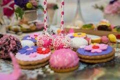 Farbiger köstlicher Mischbonbon und Kekse stockbilder