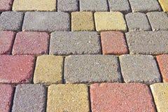 Farbiger konkreter Bodenbelag baute auf einem Substrat des Sandes zusammen Lizenzfreie Stockfotografie