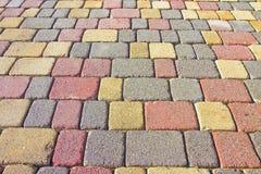 Farbiger konkreter Bodenbelag baute auf einem Substrat des Sandes zusammen Stockfotos