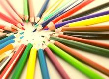 Farbiger Lügenkreis der Bleistifte Stockbild