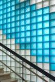 Farbiger Mattglasblockkorridor mit Treppenhaus Stockfoto