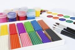 Farbiger Modellierton, Bleistifte, Farben und Bürsten über weißem Hintergrund Stockfoto
