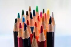 Farbiger naher hoher geschärfter viel Regenbogen der Bleistiftzeichenstifte Wahl Lizenzfreie Stockbilder