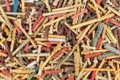 Farbiger Plastikpassstift oder Anschlussstecker Hintergrund mit Dübelnägeln Stockfotografie