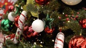 Farbiger Spielwarenfall auf dem Weihnachtsbaum stock video
