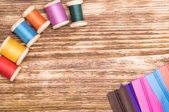 Farbiger Thread ausgebreitet vor Blitz Stockbild