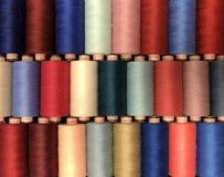 Farbiger Thread für das Nähen in den Spulen Lizenzfreies Stockfoto