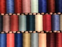 Farbiger Thread für das Nähen in den Spulen Stockfotografie