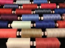 Farbiger Thread für das Nähen in den Spulen Stockfoto