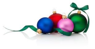 Farbiger Weihnachtsflitter mit Band beugt auf Weiß Stockfotografie