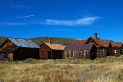 Farbiges altes schauendes Foto der Weinlese von leeren Straßen der verlassenen Geisterstadt Bodie in Kalifornien, USA lizenzfreie stockfotos