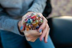 Farbiges antistress Spielzeug in der Hand einer schönen jungen Frau Stockfoto