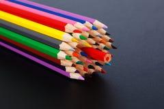 Farbiges Bleistiftkonzept - Opposition zur Mehrheit Stockfotos