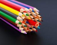 Farbiges Bleistiftkonzept - Opposition zur Mehrheit Lizenzfreie Stockbilder