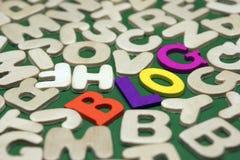Farbiges Blog-Zeichen auf grünem Hintergrund mit verschiedenen Buchstaben Lizenzfreies Stockbild