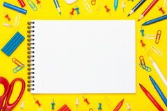 Farbiges Briefpapier auf einem gelben Hintergrund Stockfoto