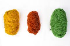 Farbiges Garn zentriert auf weißem Hintergrund Lizenzfreies Stockfoto