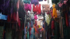 Farbiges gefärbtes Garn wird auf den Straßen von Marokko getrocknet stock video