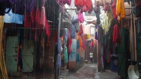 Farbiges gefärbtes Garn wird auf den Straßen von Marokko getrocknet stock video footage