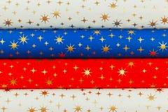 Farbiges gerolltes Papier für die Verpackung von Geschenken Lizenzfreie Stockfotos