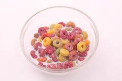 Farbiges Getreide mit Milch lizenzfreie stockfotos