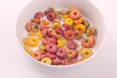 Farbiges Getreide mit Milch lizenzfreie stockfotografie