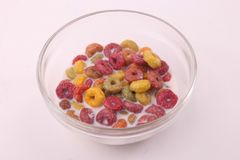 Farbiges Getreide mit Milch lizenzfreies stockfoto