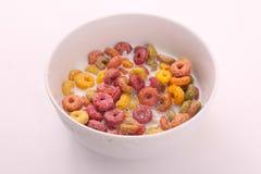 Farbiges Getreide mit Milch, Frühstücksmahlzeit lizenzfreie stockbilder