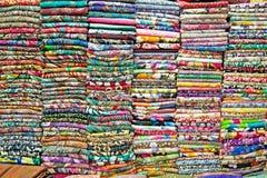 Farbiges Gewebe in einem traditionellen Ostbasar in Vietnam Stockfotografie