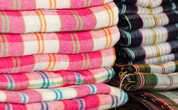 Farbiges Gewebe in einem traditionellen Südostasien Stockfotografie