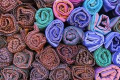 Farbiges Gewebe in einem traditionellen Südostasien Lizenzfreie Stockfotografie