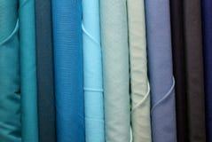 farbiges Gewebe im Verkauf im Gewebe und im Textilshop Lizenzfreie Stockfotografie