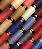 Farbiges Gewinde für das Nähen Threads in den Spulen Stockfoto