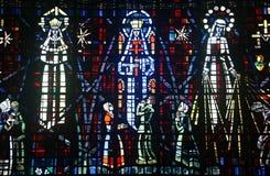 Farbiges Glasfenster in der Kirche ohne Stockbild