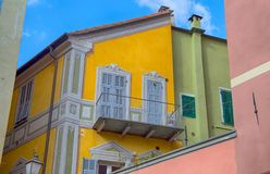 Farbiges Haus mit der gemalten Fenster Italien-Weinleseausgangsstadt lizenzfreie stockbilder