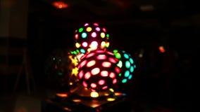 Farbiges helles Zeigung in der Dunkelheit an der Partei Großaufnahme von den farbigen hellen Bällen, die, shyning am Discoclub si stock video