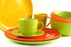 Farbiges keramisches Geschirr lokalisiert auf weißem Hintergrund Lizenzfreies Stockfoto