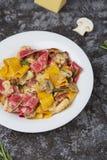 Farbiges papardelle mit Huhn, Speck und Pilzen lizenzfreie stockfotos