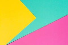 Farbiges Papier in einer geometrischen flachen Zusammensetzung Stockfotografie