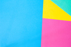 Farbiges Papier in einer geometrischen flachen Zusammensetzung Stockbilder